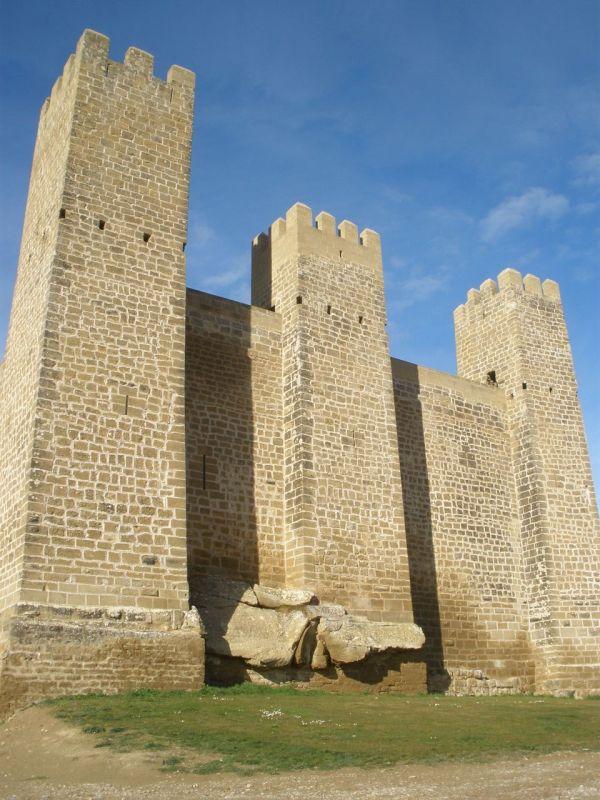Wehrtuerme mit Mauerring der Festung Sadaba in Aragón