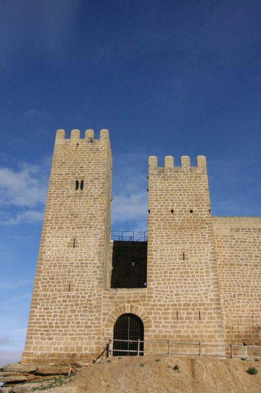 Eingang zur Burg Sadaba mit zwei ungleichen Wehrtuermen