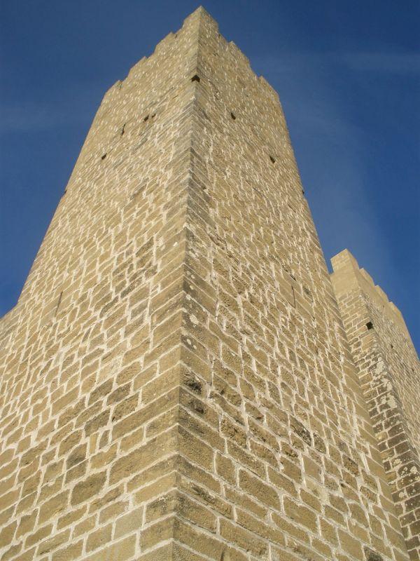 massiver, schmuckloser Eckturm des Castillo de Sadaba