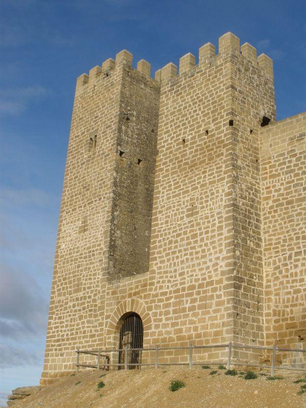 hochaufstrebende Wehrtuerme der Burg von Sadaba in Aragonien