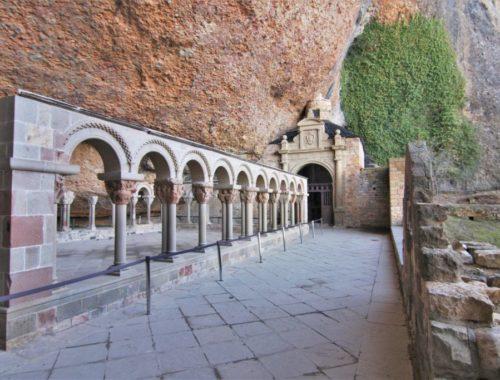Kreuzgang des Felsenklosters San Juan de La Pena