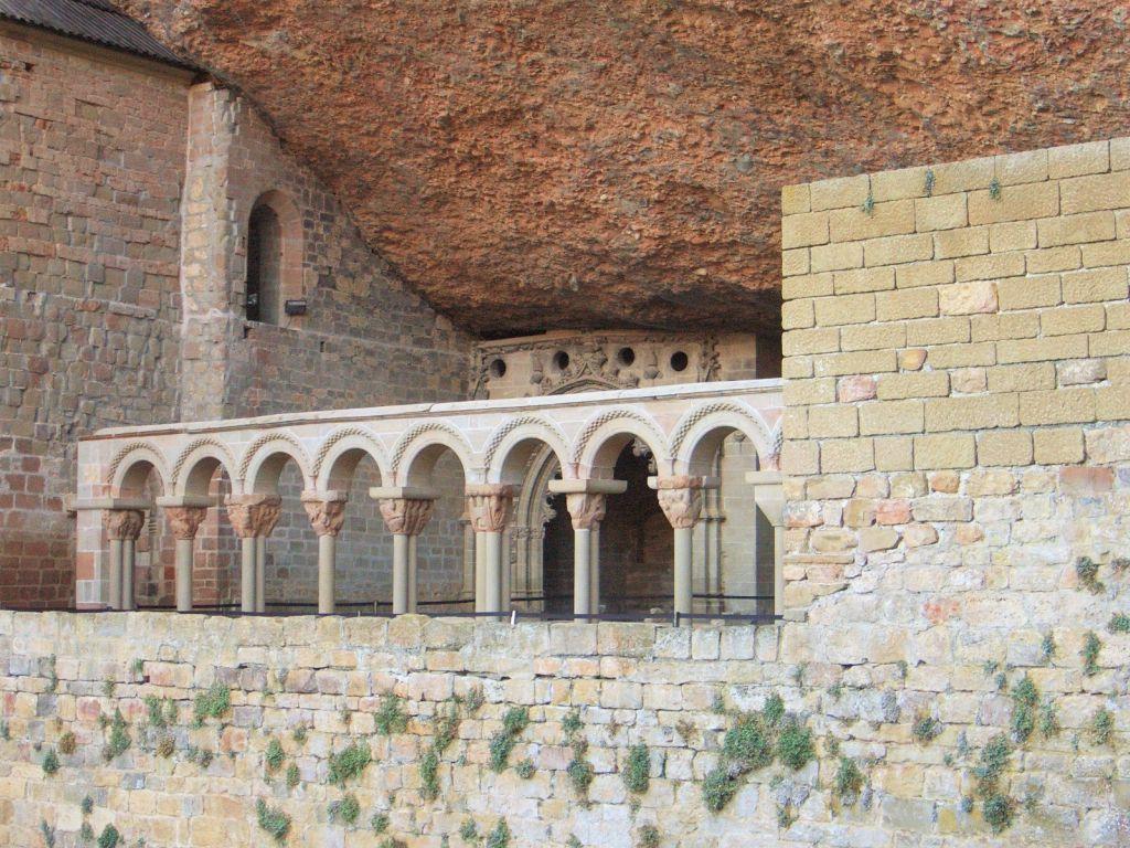 Blick auf das unter einem Felsueberhang liegende Kloster San Juan de La Pena