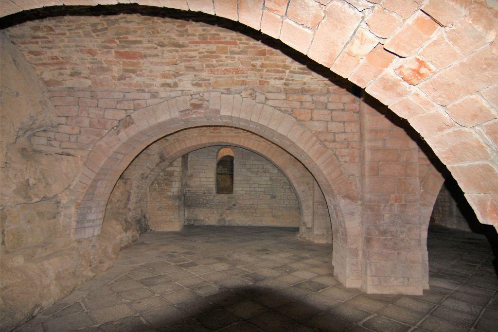 Dormitorium bzw. Konziliensaal im Felsenkloster San Juan de La Pena, Aragonien