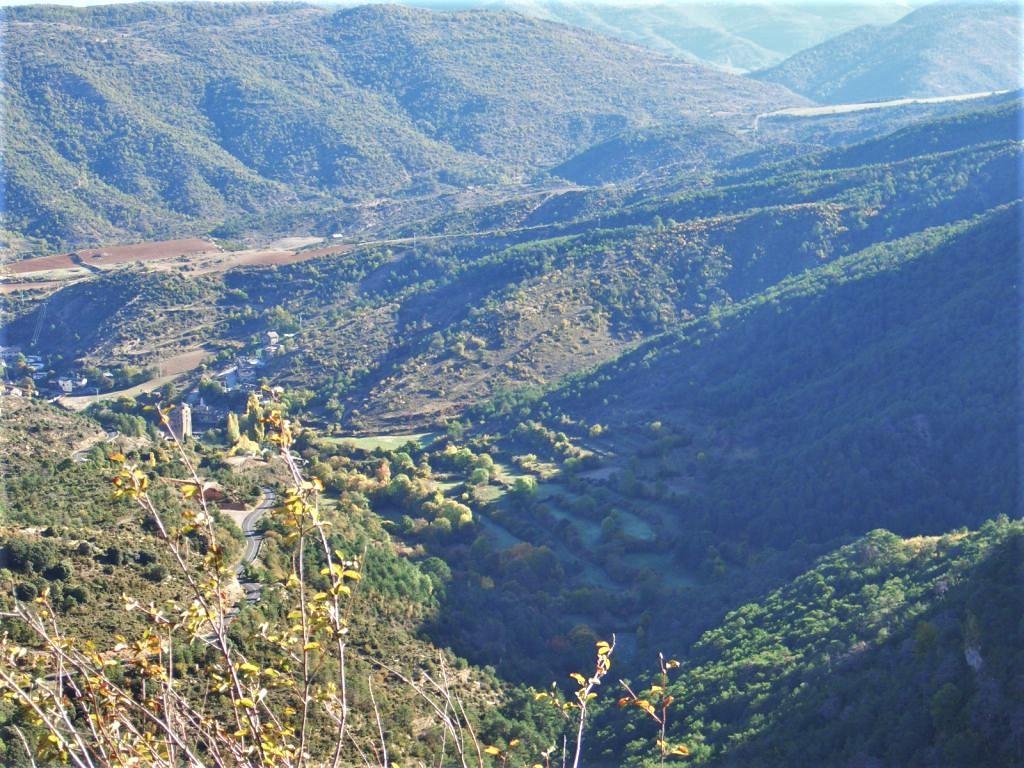 Blick auf Santa Cruz de los Séros im Tal