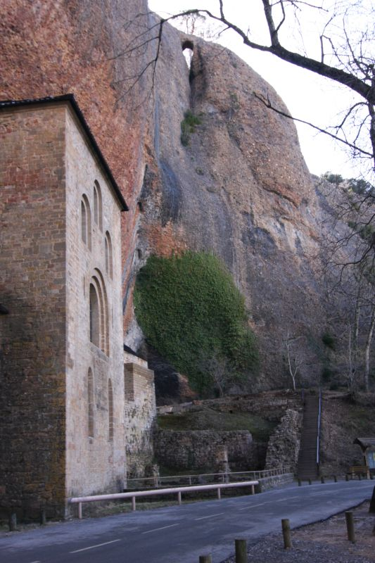 Felsenkloster San Juan de La Pena mit Gebirgsfelsen im Hintegrund
