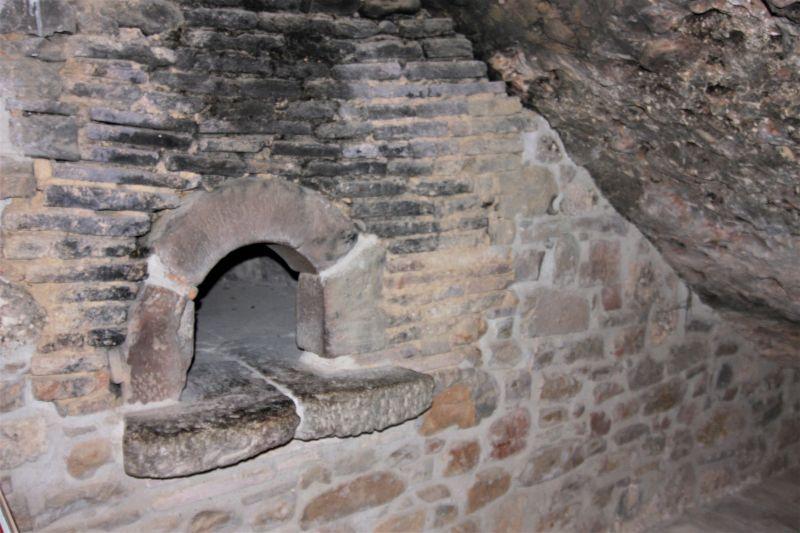 Brotbackofen im Felsenkloster San Juan de La Pena
