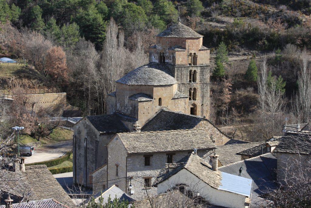 Blick auf die Iglesia Santa María in Santa Cruz de los Seros in Aragón