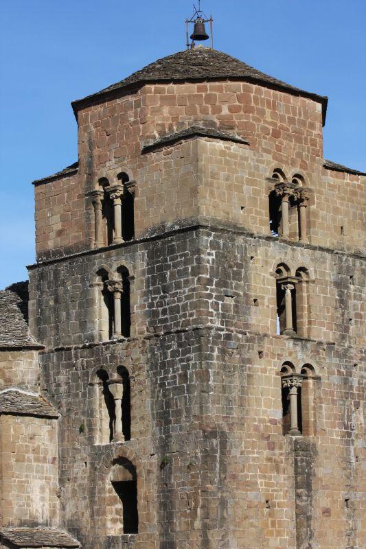 romanische Zwillingsbogenfenster an der Kirche Santa María in Santa Cruz de los Seros in Aragón