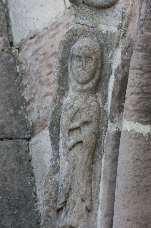 Moench am Portal der Kirche Santa María de Eunate