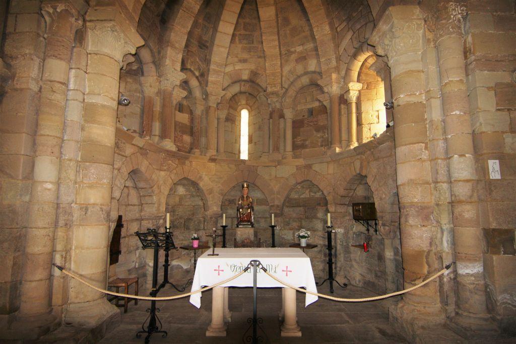 Altarraum der Kirche Santa Maria de Eunate in Navarra