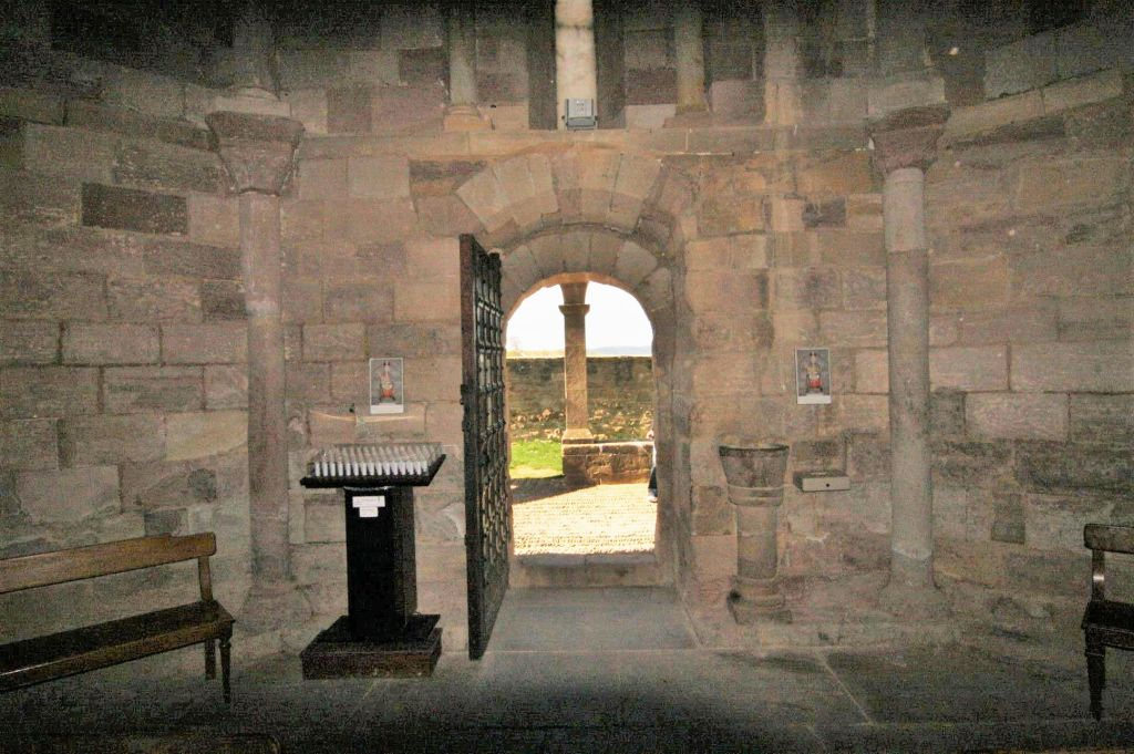 Blick aus dem Innenraum der Kirche Santa Maria de Eunate in Navarra