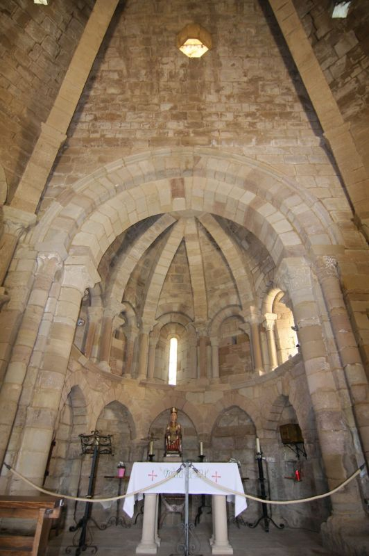 Innenraum mit Chor und der Figur der Jungfrau Maria in der Kirche Santa Maria de Eunate