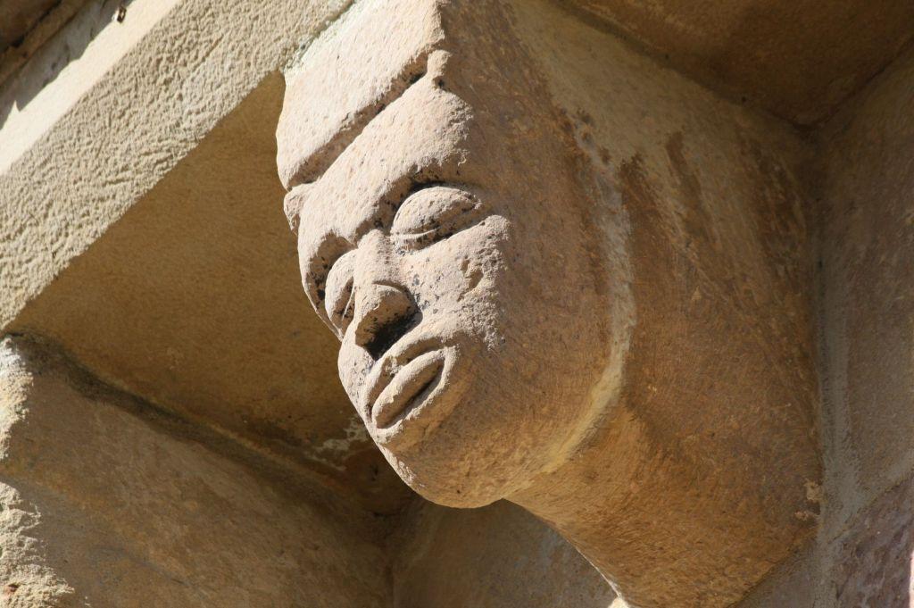 Fratze mis ausgestreckter Zunge an der Kirche Santa Maria de Eunate