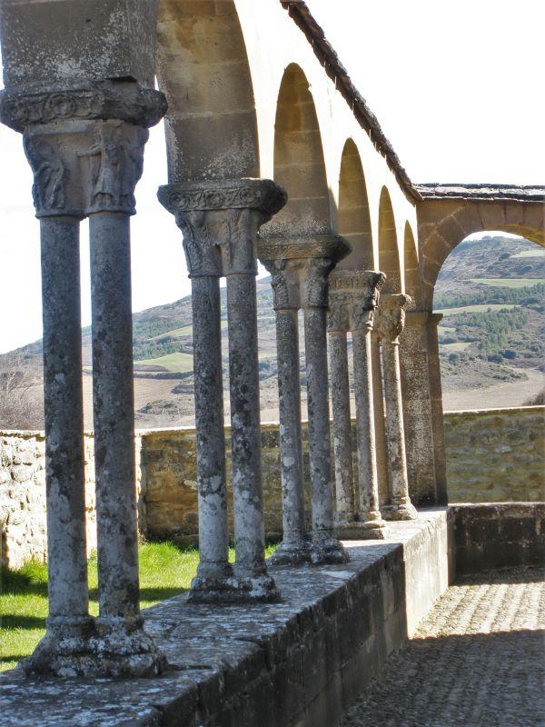 Kreuzgang der Iglesia Santa Maria de Eunate mit schlanken Zwillingssaeulen