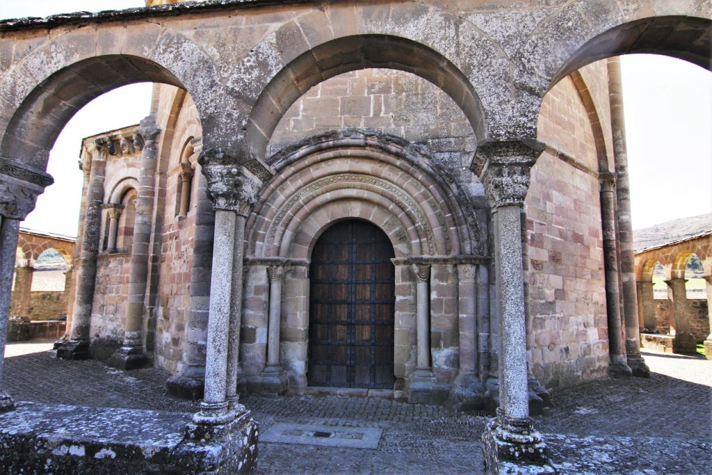 Kreuzgang und Nordportal der Iglesia Santa Maria de Eunate