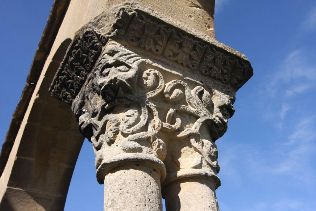 mystisches Relief an einem Kapitell des Kreuzgangs der Iglesia Santa Maria de Eunate