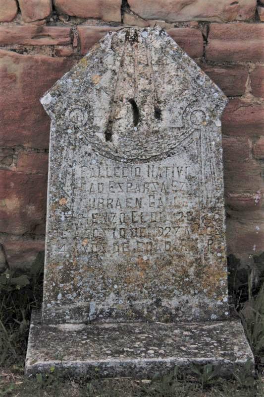 Grabstein in der Naehe der Kirche San Salvador von Gallipienzo
