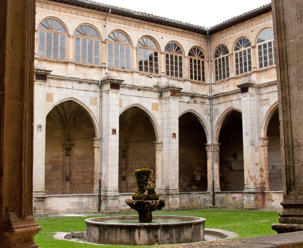Kreuzgang mit Brunnen im Kloster von Irache in Navarra