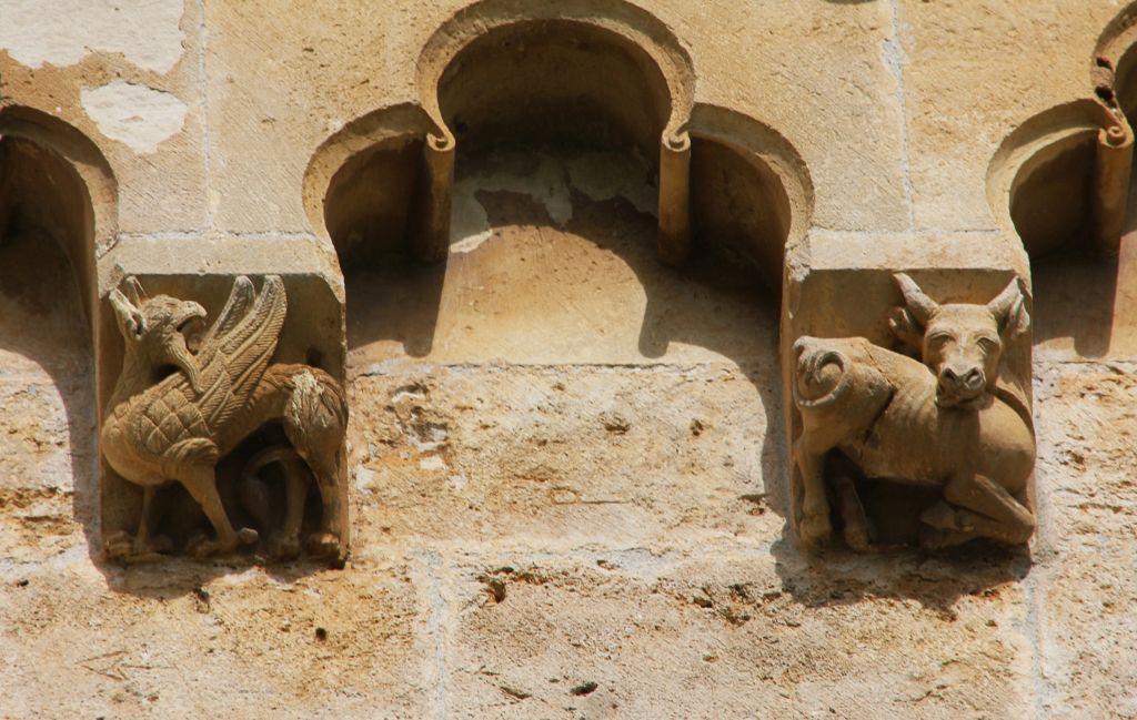Kapitelle mit mythischen Figuren an der Chorwand des Monasterio de Irache