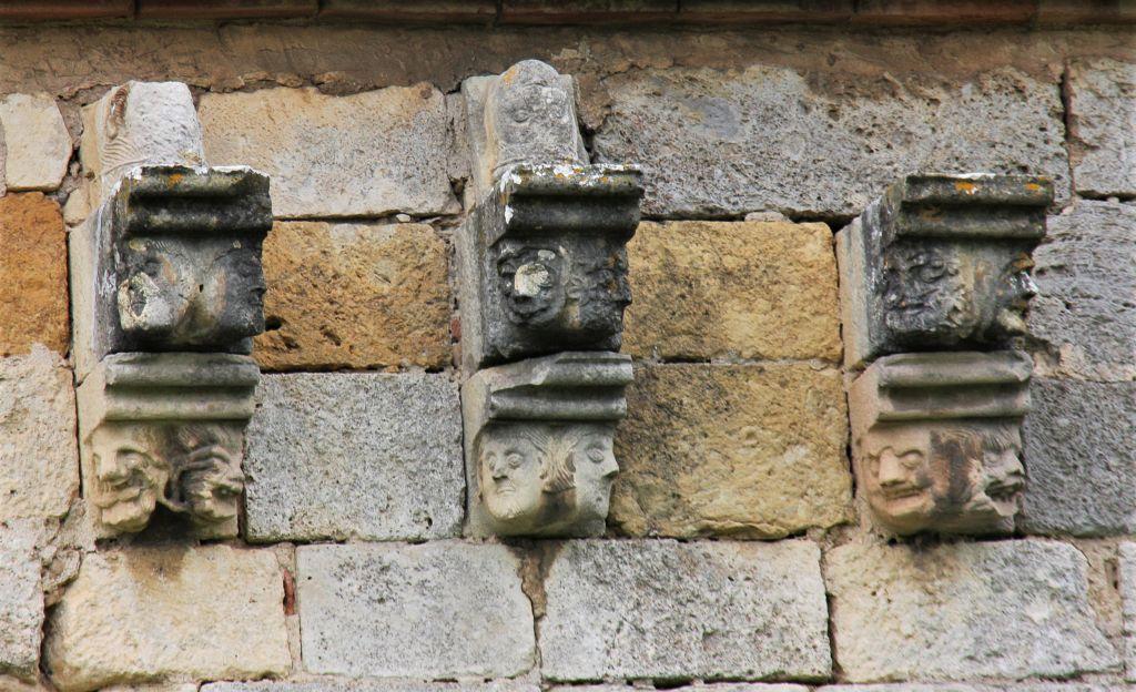 in Stein gemeisselte Fratzen an der Klosterkirche von Irache