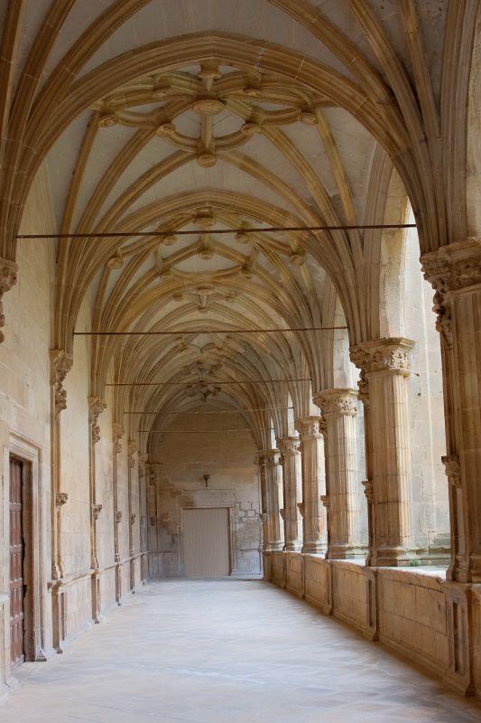 Kreuzgang mit Kreuzrippengewoelbe im Kloster von Irache in Navarra