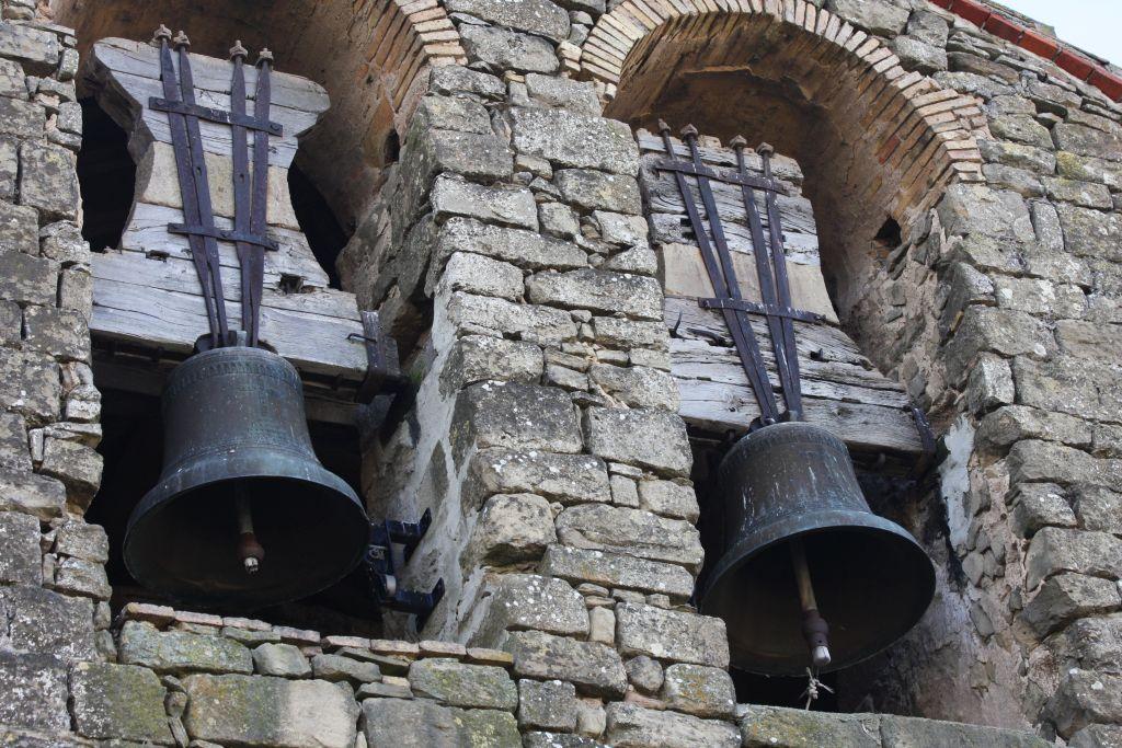 Glocken der Iglesia San Miguel in Olcoz, Navarra, Spanien