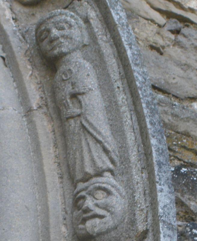 Edelmann mit Teufelskopf am Spiegelportal der Kirche San Miguel in Olcoz, Navarra