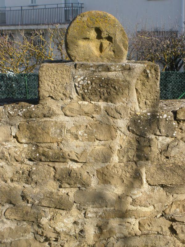 Begraebnisstele auf der Kirchenmauer von San Miguel in Olcoz, Navarra