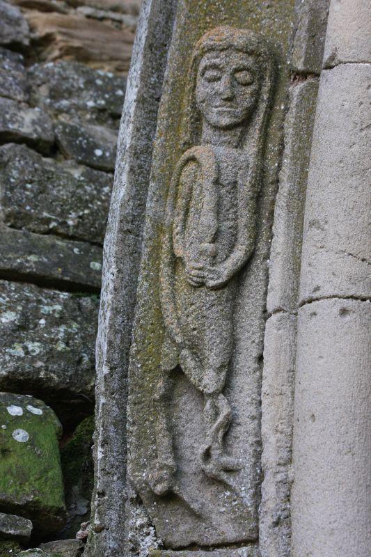 Eva, die einer Schlange aus einem Kelch zum Trinken gibt am Zwillingsportal der Kirche Santa María de Eunate