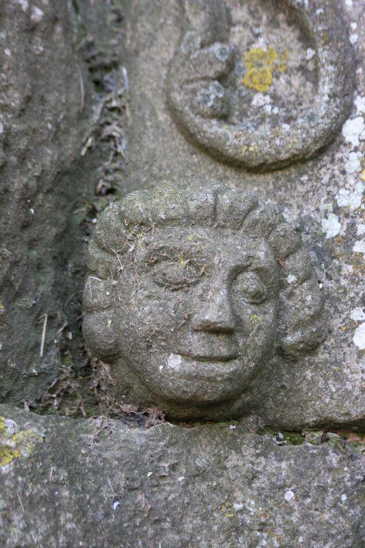 Maennerkopf mit gewelltem Haar am Portal der Kirche San Miguel in Olcoz, Navarra