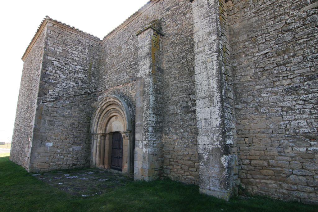 Nordfassade der Iglesia San Miguel in Olcoz, Navarra, Spanien