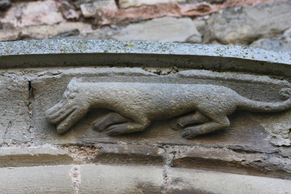 Hund oder Wiesel am Spiegelportal der Kirche San Miguel in Olcoz, Navarra