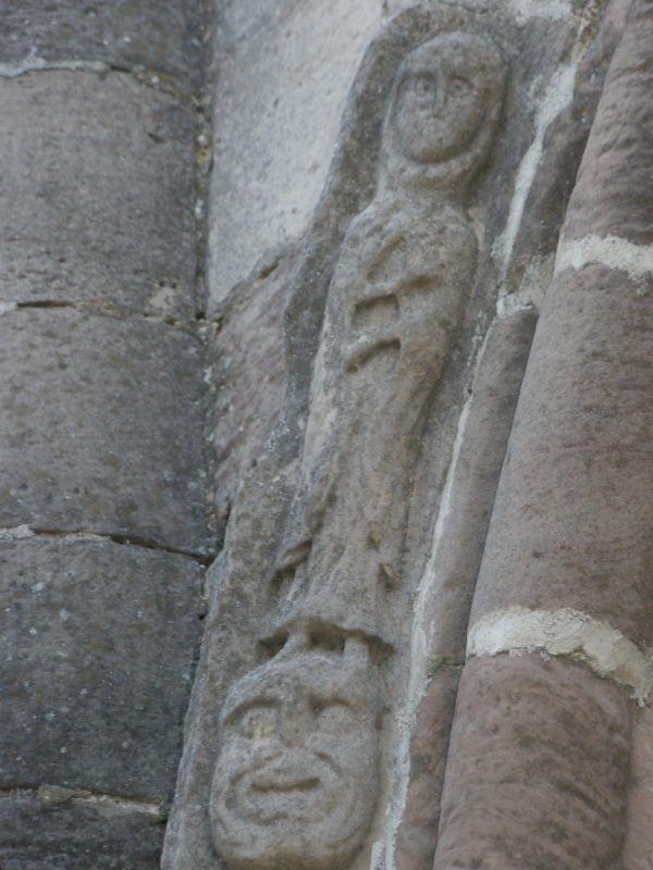 Moench mit Teufel am Portal der Kirche Santa María de Eunate