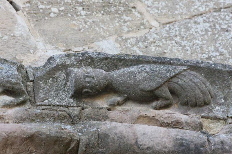 Maennerkopf mit Krone und Vogelkoerper am Portal der Kirche Santa María de Eunate