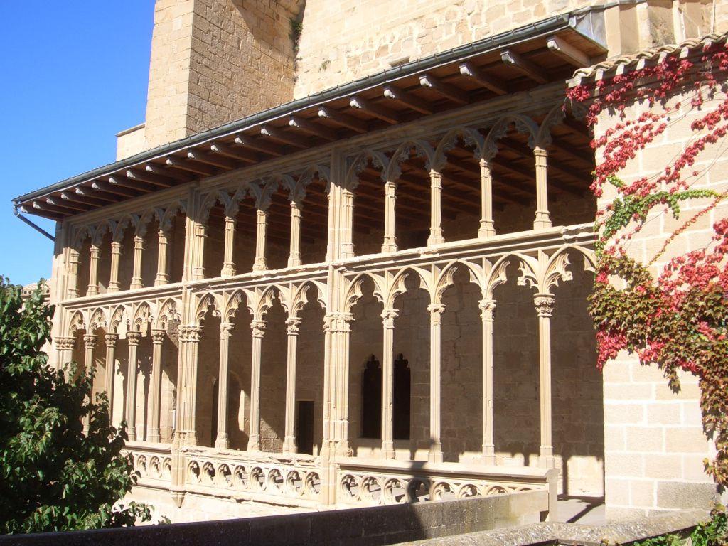 Gotischer Arkadengang am Koenigspalast von Olite
