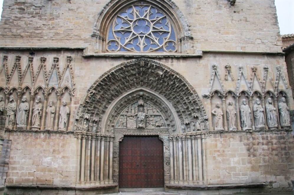 Westfassade mit Rosette und Portal der Kirche Santa Maria la Real in Olite