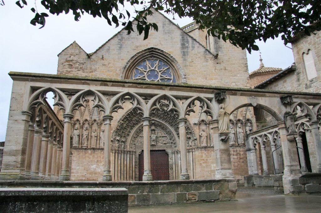 gotischer Arkadengang und Kirche Santa Maria la Real in Olite