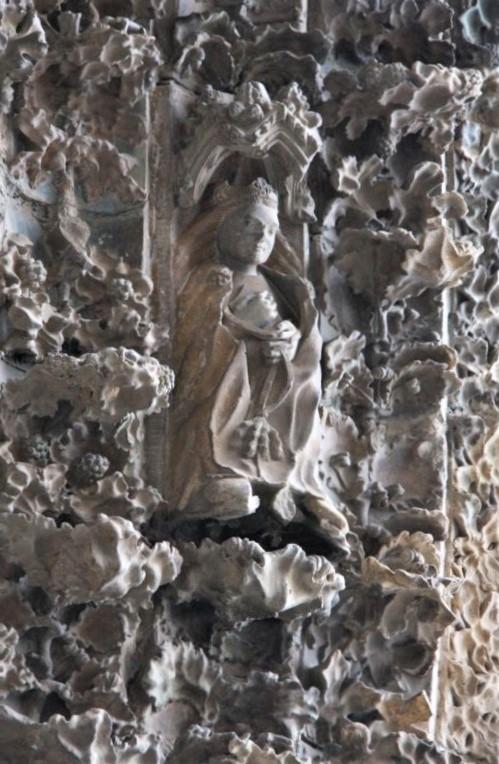 Figur Juana I. im Portal der Kirche Santa Maria la Real in Olite