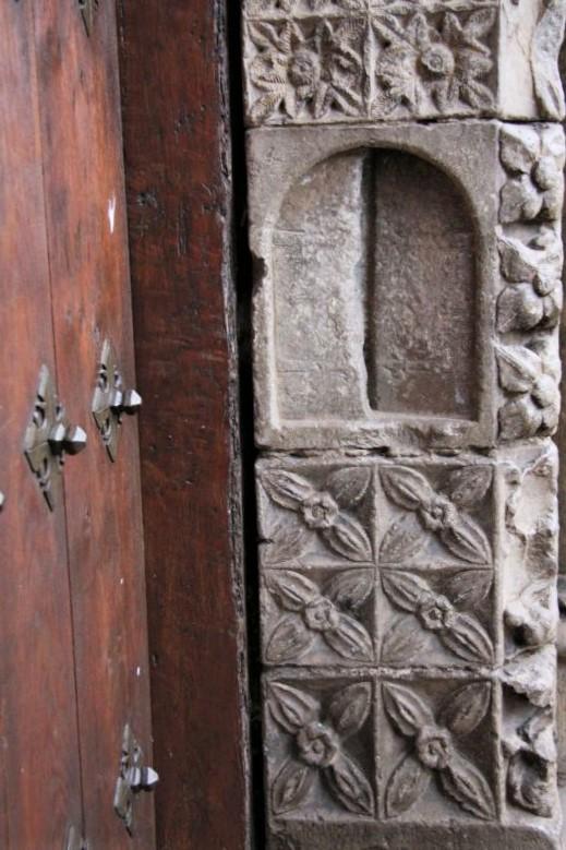 gemeisselte Miniaturtuere an einer Saeule des Portals der Kirche Santa Maria la Real in Olite
