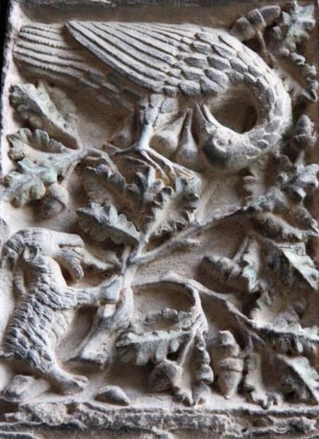 Steinmetzarbeiten an einer Saeule des Portals der Kirche Santa Maria la Real in Olite