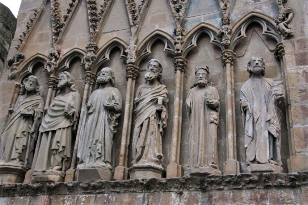 Figuren von sechs Aposteln in Arkadenboegen der Westfassade der Kirche Santa Maria la Real in Olite