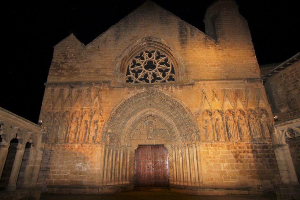 naechtlich beleuchtete Kirche Santa María in Olite