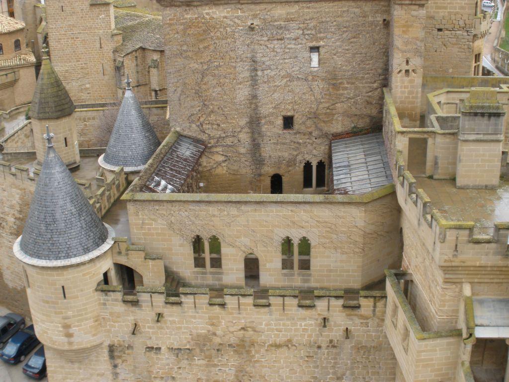 Blick auf die haengenden Gaerten, Tuerme und Erker am Koenigspalast von Olite