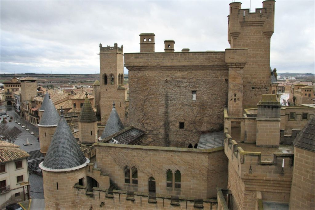 Palast Carlos III. von Navarra mit unzaehligen Tuermen, Erkern und Wehrgaengen