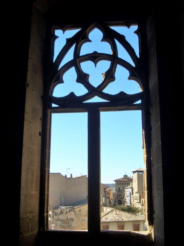 Blick durch ein gotisches Fenster des Koenigssitzes von Olite auf die Altstadt