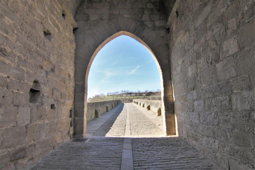 Zugang auf die romanische Bruecke Puente la Reina