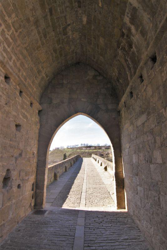 Torbogen und Zugang zur Bruecke der Koenigin in Puente la Reina