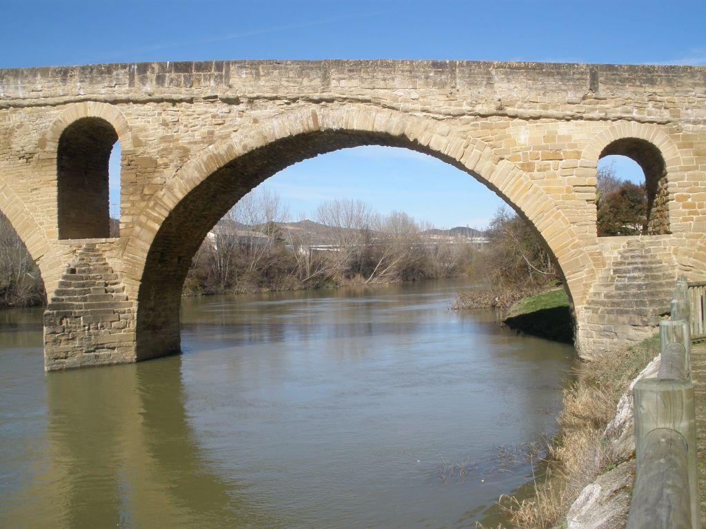 Ausschnitt eines Rundbogens der Brücke Puente la Reina