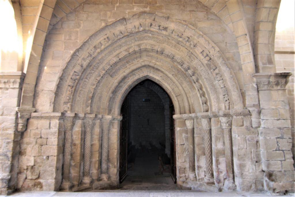 gotisches Spitzbogenportal der Kirche des Gekreuzigten in Puente la Reina