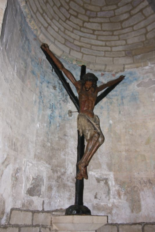 hoelzernes Kruzifix im Chorraum der Iglesia del Crucifijo in Puente la Reina